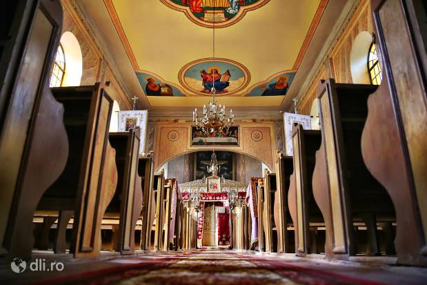 interior-culoar-biserica-greco-catolica-veche-din-cauas-judetul-satu-mare.jpg