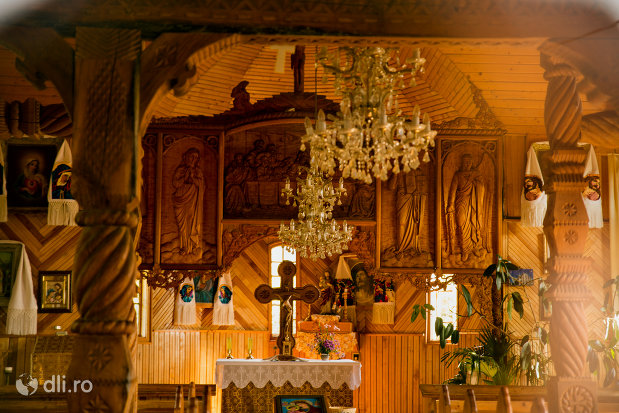 interior-din-biserica-de-lemn-1992-din-barsana-judetul-maramures.jpg