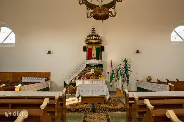 interior-din-biserica-reformata-din-curtuiseni-judetul-bihor.jpg