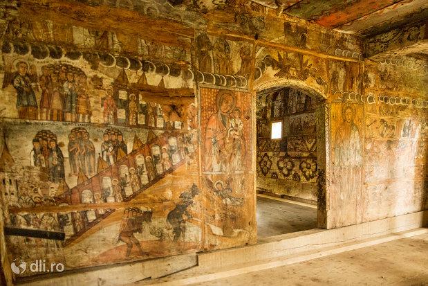 interior-din-lemn-biserica-de-lemn-nasterea-maicii-domnului-din-calinesti-judetul-maramures.jpg