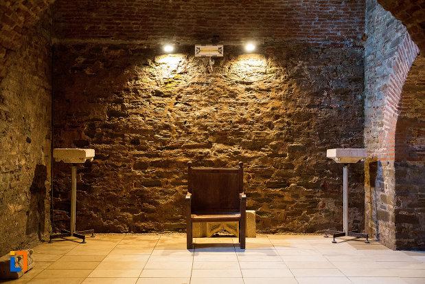 interior-din-palatul-domnesc-ruine-palatul-petru-cercel-din-targoviste-judetul-dambovita.jpg