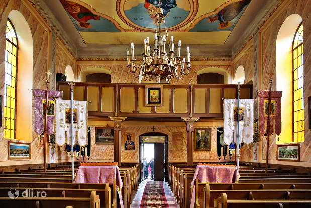 interior-si-tavan-biserica-greco-catolica-veche-din-cauas-judetul-satu-mare.jpg