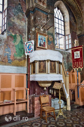 interior-si-vitraliu-al-bisericii-din-cimitirul-vesel-din-sapanta-judetul-maramures.jpg
