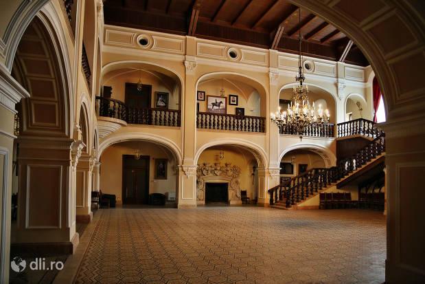 interior-vazut-de-jos-castelul-karolyi-din-carei.jpg