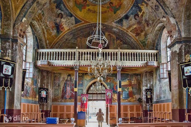interiorul-bisericii-din-cimitirul-vesel-din-sapanta-judetul-maramures.jpg