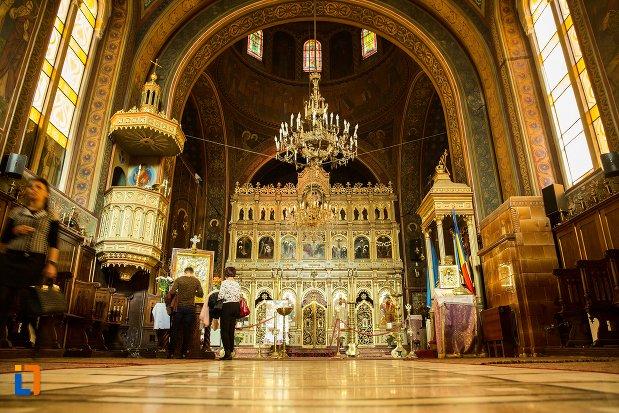 interiorul-de-la-biserica-adormirea-maicii-domnului-din-brasov-judetul-brasov.jpg