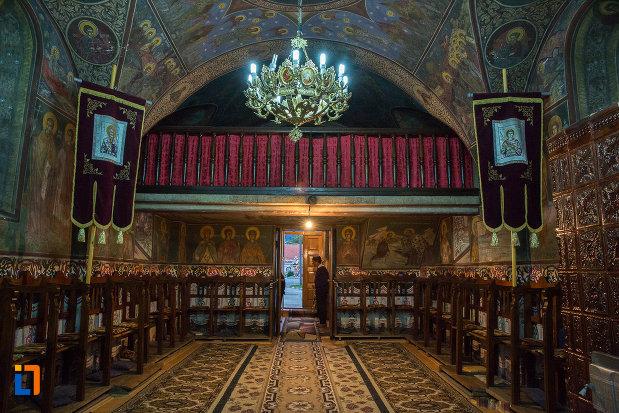 interiorul-de-la-biserica-nasterea-maicii-domnului-din-zarnesti-judetul-brasov.jpg