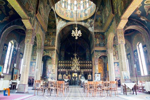 interiorul-de-la-biserica-ortodoxa-sf-gheorghe-din-racari-judetul-dambovita.jpg