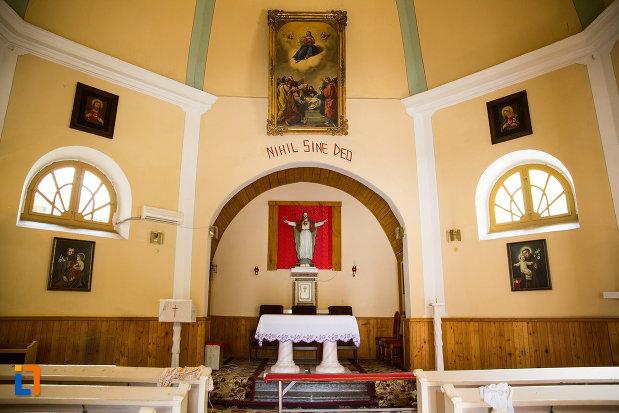 interiorul-de-la-biserica-romano-catolica-din-baile-herculane-judetul-caras-severin.jpg