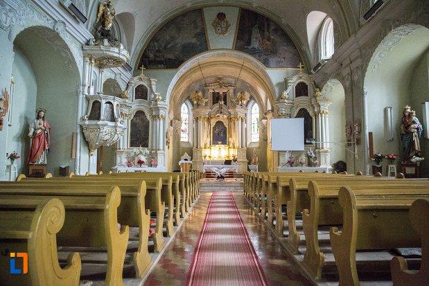 interiorul-de-la-biserica-romano-catolica-si-manastirea-franciscana-1736-din-fagaras-judetul-brasov.jpg
