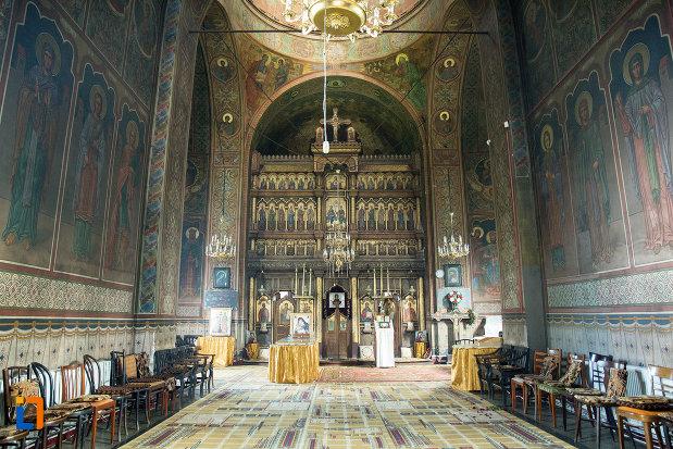 interiorul-de-la-biserica-sf-apostoli-si-sf-gheorghe-din-caracal-judetul-olt.jpg