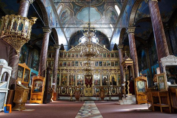 interiorul-de-la-biserica-sf-gheorghe-din-tulcea-judetul-tulcea.jpg