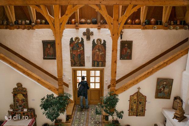 interiorul-muzeului-de-la-manastirea-barsana-judetul-maramures.jpg