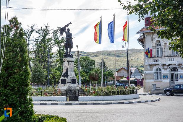 intersectia-cu-monumentul-eroilor-din-urlati-judetul-prahova.jpg