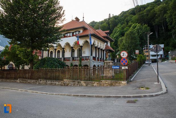 intersectia-cu-muzeul-memorial-cezar-petrescu-din-busteni-judetul-prahova.jpg