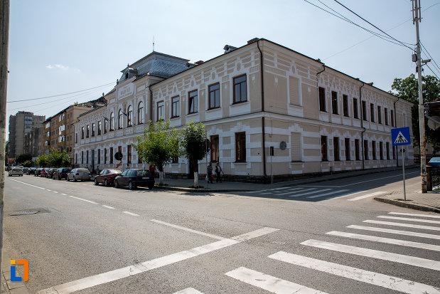 intersectia-de-strazi-cu-scoala-bogdan-voda-din-campulung-moldovenesc-judetul-suceava.jpg