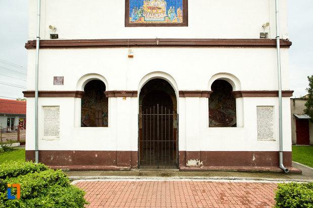 intrare-in-biserica-adormirea-maicii-domnului-din-bailesti-judetul-dolj.jpg