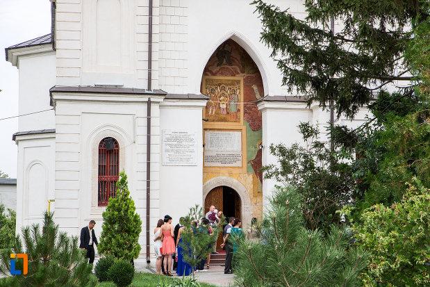intrare-in-biserica-biserica-si-manastirea-sf-voievozi-din-slobozia-judetul-ialomita.jpg