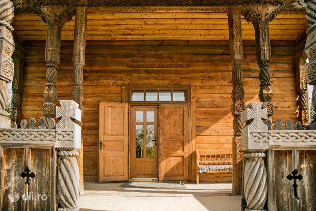 intrare-in-biserica-de-lemn-1992-din-barsana-judetul-maramures.jpg