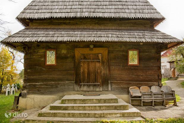 intrare-in-biserica-de-lemn-din-hoteni-judetul-maramures.jpg