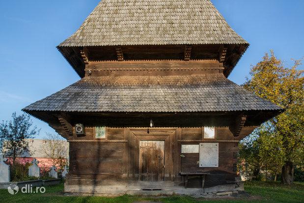 intrare-in-biserica-de-lemn-din-sat-sugatag-judetul-maramures.jpg