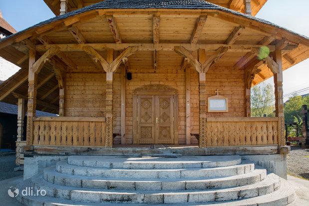 intrare-in-biserica-de-lemn-ortodoxa-din-baia-sprie-judetul-maramures.jpg