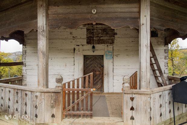intrare-in-biserica-de-lemn-sf-nicolae-din-glod-judetul-maramures.jpg