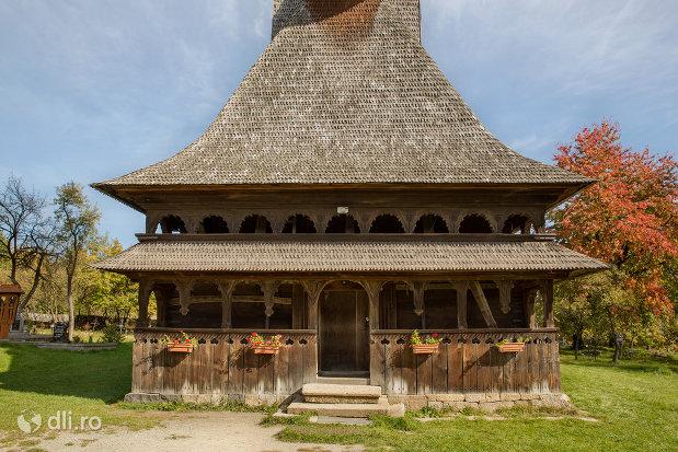 intrare-in-biserica-de-lemn-sfintii-arhangheli-mihail-si-gavril-din-surdesti-judetul-maramures.jpg