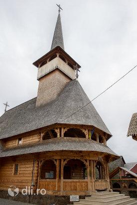 intrare-in-biserica-de-lemn-sfintii-romani-din-dragomiresti-judetul-maramures.jpg
