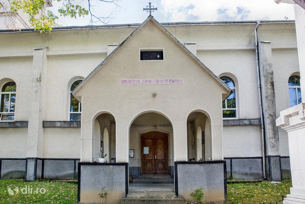 intrare-in-biserica-din-camarzana-judetul-satu-mare.jpg