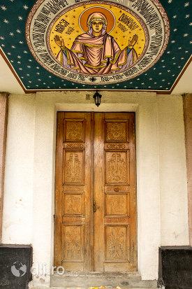 intrare-in-biserica-din-pomi-judetul-satu-mare.jpg