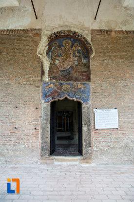 intrare-in-biserica-domneasca-adormirea-maicii-domnului-din-targoviste-judetul-dambovita.jpg