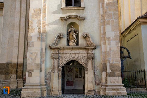 intrare-in-biserica-franciscana-din-cluj-napoca-judetul-cluj.jpg