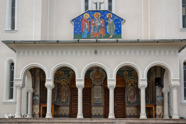 intrare-in-biserica-noua-din-botiza-judetul-maramures.jpg