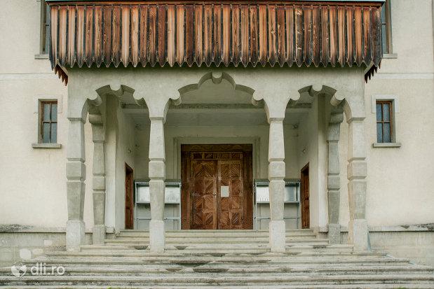 intrare-in-biserica-noua-din-breb-judetul-maramures.jpg