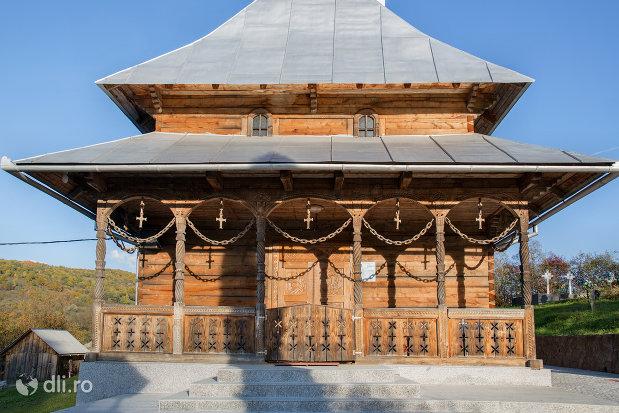 intrare-in-biserica-noua-din-valea-stejarului-judetul-maramures.jpg