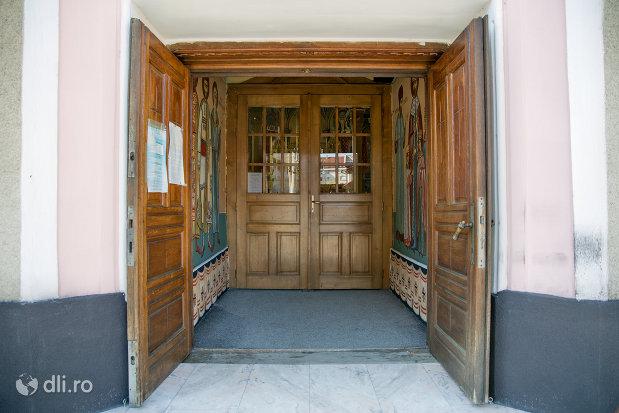 intrare-in-biserica-ortodoxa-adormirea-maicii-domului-din-sighetu-marmatiei-judetul-maramures.jpg