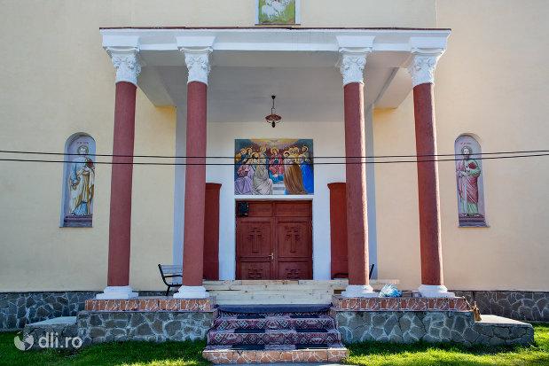 intrare-in-biserica-ortodoxa-din-chiuzbaia-judetul-maramures.jpg