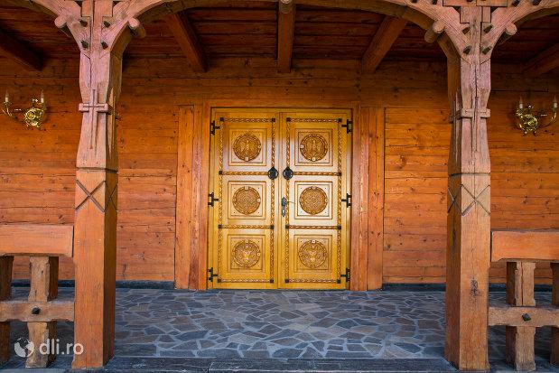 intrare-in-biserica-ortodoxa-din-seini-judetul-maramures.jpg