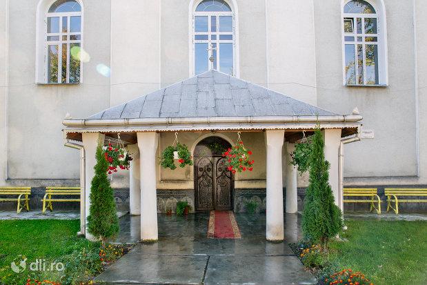 intrare-in-biserica-ortodoxa-nasterea-maicii-domnului-din-negresti-oas-judetul-satu-mare.jpg