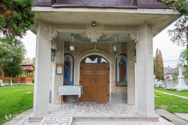 intrare-in-biserica-ortodoxa-sf-emanuil-din-tautii-magheraus-judetul-maramures.jpg