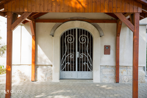 intrare-in-biserica-reformata-din-seini-judetul-maramures.jpg