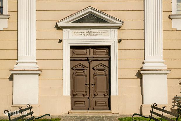intrare-in-biserica-reformata-olosig-din-oradea-judetul-bihor.jpg