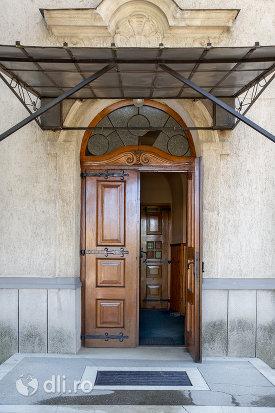 intrare-in-biserica-romano-catolica-livada-judetul-satu-mare.jpg