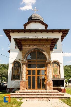 intrare-in-biserica-sf-arhangheli-mihail-si-gavril-din-topoloveni-judetul-arges.jpg
