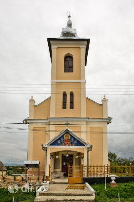 intrare-in-biserica-sf-mihai-si-gavril-din-marius-judetul-satu-mare.jpg