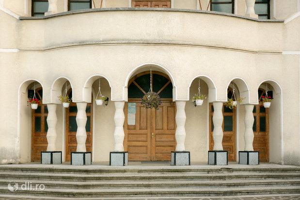 intrare-in-biserica-sf-treime-din-budesti-judetul-maramures.jpg