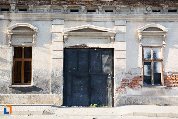 intrare-in-casa-veche-din-ansamblul-urban-str-primaverii-din-alba-iulia-judetul-alba.jpg