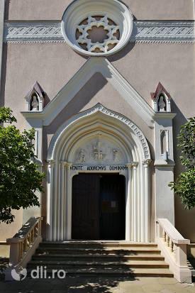 intrare-in-cladire-biserica-calvaria-satu-mare.jpg