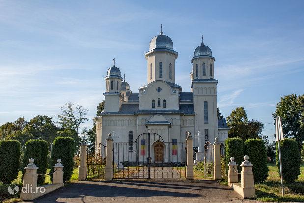 intrare-in-curte-biserica-ortodoxa-din-livada-judetul-satu-mare.jpg